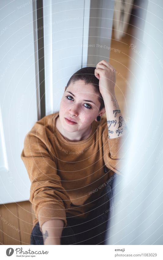 home feminin androgyn Junge Frau Jugendliche 1 Mensch 18-30 Jahre Erwachsene trendy Farbfoto Innenaufnahme Tag Schwache Tiefenschärfe Porträt Oberkörper