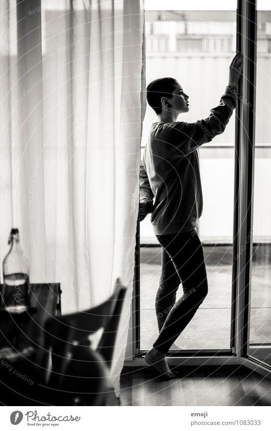Silhouette feminin androgyn Junge Frau Jugendliche 1 Mensch 18-30 Jahre Erwachsene schön einzigartig Wohnzimmer Gardine Fensterscheibe Tür Schwarzweißfoto