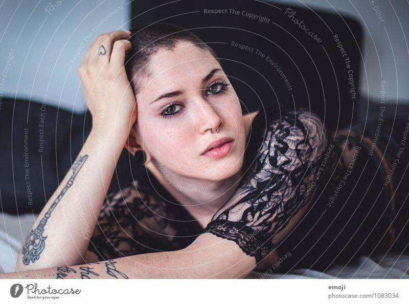 lace feminin androgyn Junge Frau Jugendliche Gesicht 1 Mensch 18-30 Jahre Erwachsene außergewöhnlich liegen Farbfoto Innenaufnahme Tag Schwache Tiefenschärfe