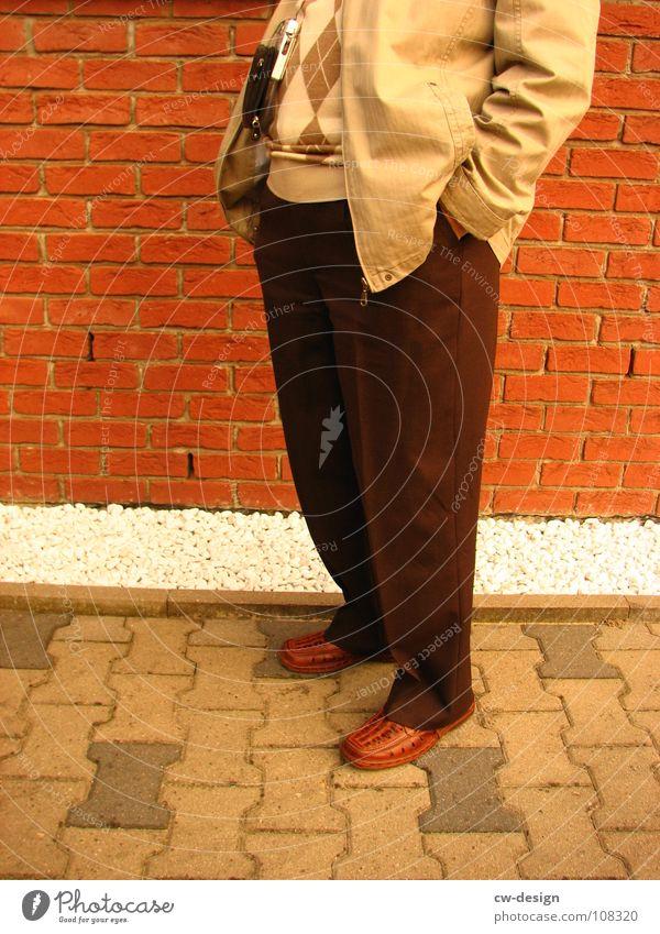 mein opa, als photograph Kieselsteine Haus Schuhe kalt stehen Besucher Backstein Vogelperspektive Optiker Fotograf Senior gesichtslos Mann Herr kopflos Mensch