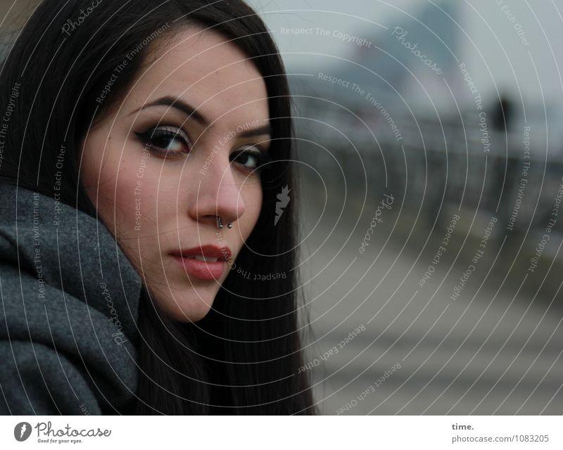 . feminin 1 Mensch Wege & Pfade Hafen Mantel Piercing schwarzhaarig langhaarig beobachten Denken Blick warten schön Zufriedenheit selbstbewußt Coolness