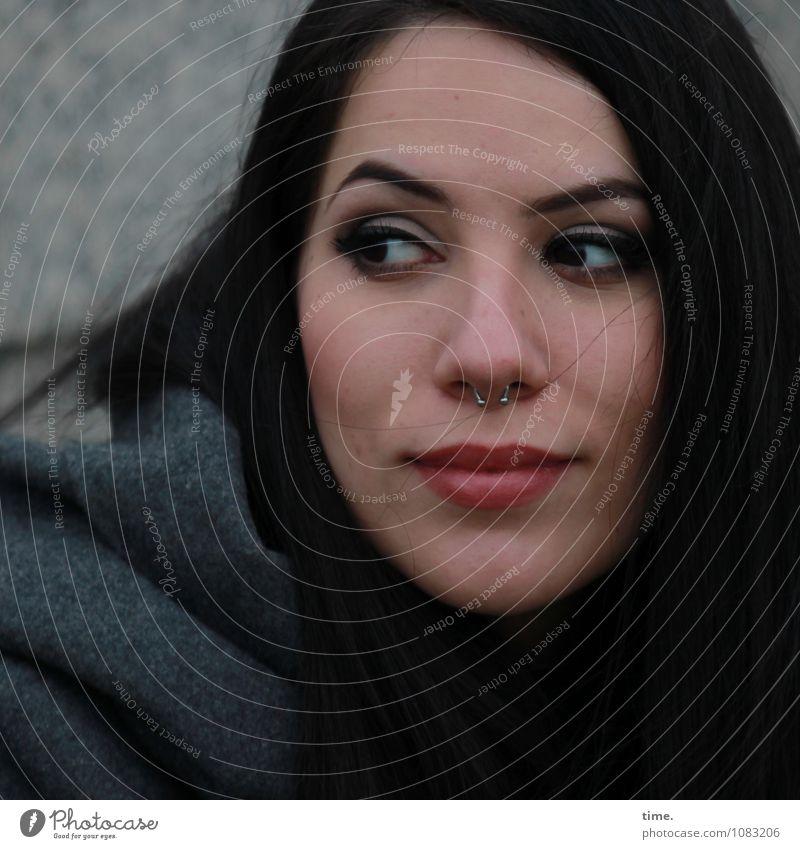 . feminin 1 Mensch Mauer Wand Mantel Piercing schwarzhaarig langhaarig beobachten Denken Lächeln Blick warten schön Zufriedenheit Lebensfreude Vertrauen