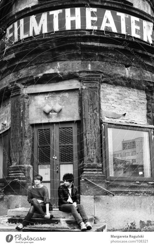 rumhängen Frau Mann alt Erholung Gebäude Dresden verfallen Theater Kino