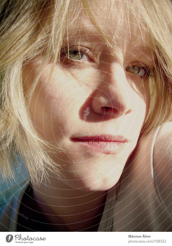 Wenn der letzte Sonnenschein auf ihre Haare fällt, ... Frau blau Gesicht Auge Herbst blond rosa Himmelskörper & Weltall