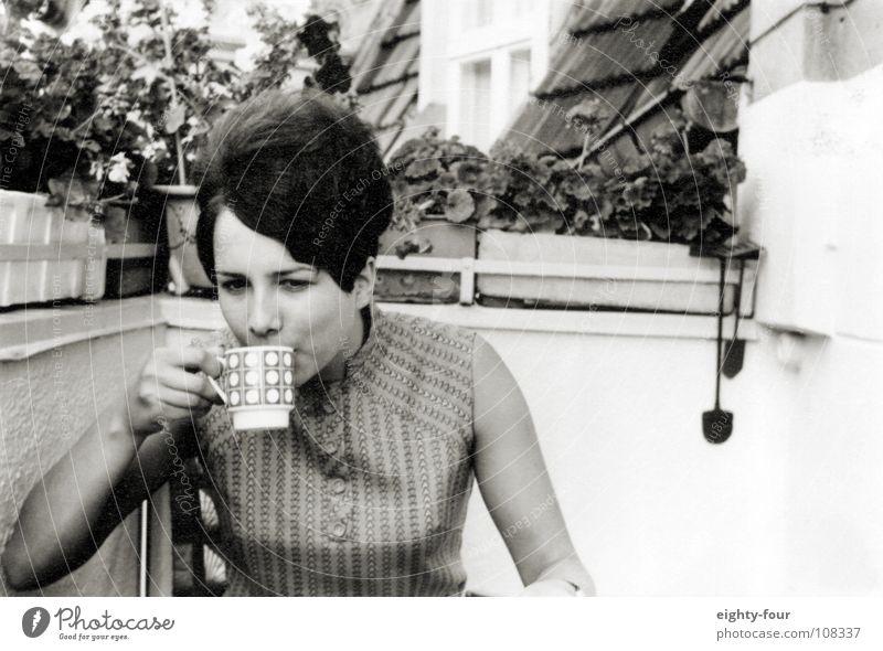 ain't my cup of tea weiß schwarz Ernährung Haare & Frisuren Kaffee retro trinken Tee Balkon brünett Frühstück Sechziger Jahre