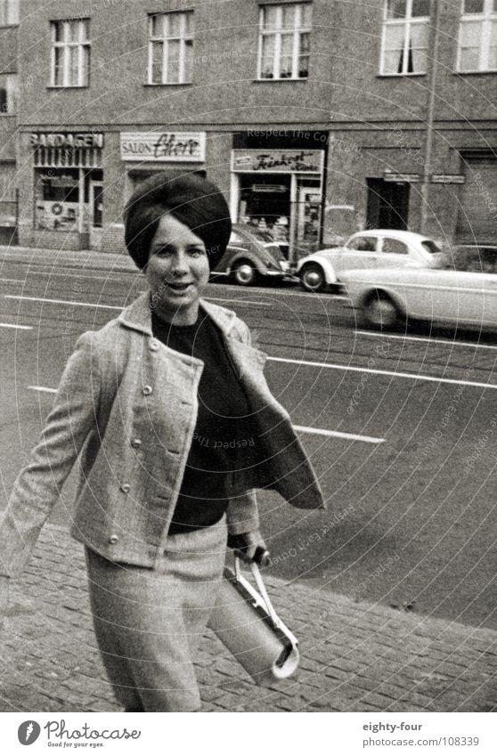 mama, die pöbelnderweise auf den fotografen einwirkt weiß schwarz Straße Berlin Haare & Frisuren retro brünett Momentaufnahme Sechziger Jahre Karnevalskostüm
