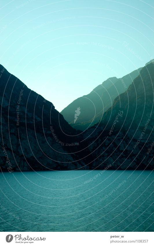 Nicht rosa Wasser Himmel blau ruhig Berge u. Gebirge See Landschaft Zufriedenheit Wellen nass Italien türkis Schönes Wetter Lichtstrahl Gebirgssee Hochformat
