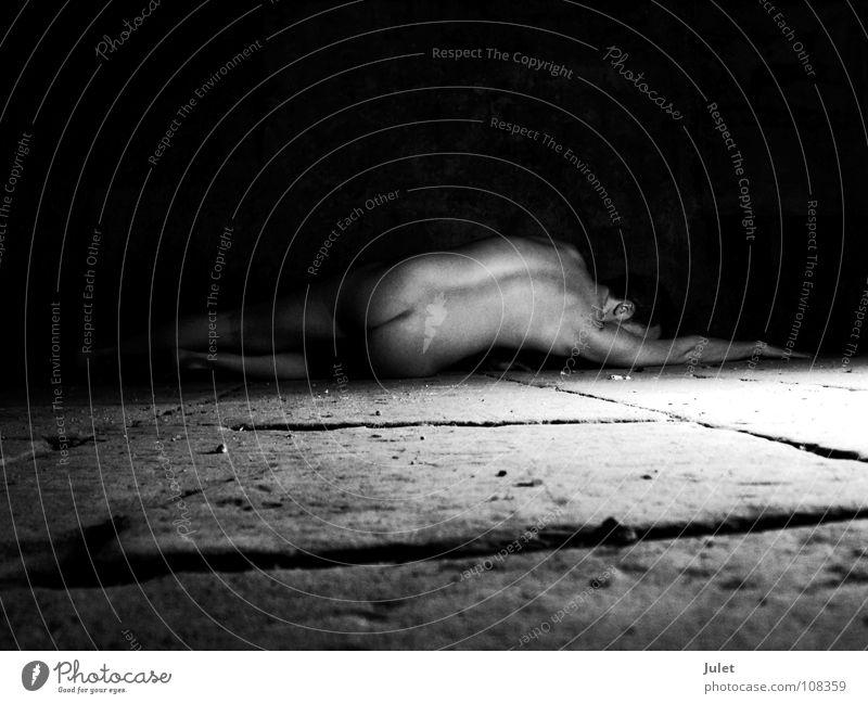 Im Gewölbekeller nackt Mann maskulin Kerl Akt Bodenbelag Rücken Perspektive Typ Steinboden Vor dunklem Hintergrund Gesäß Rückansicht liegen Textfreiraum oben