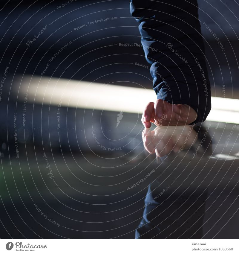 touchscreen Häusliches Leben Möbel Tisch Spiegel Mensch Kind Kindheit Hand Finger 1 berühren leuchten dreckig glänzend hell kalt Schutz greifen Schaufenster