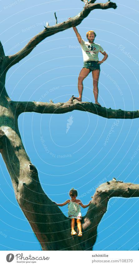 Stammbaum der 2. Generation Kind Himmel Baum Familie & Verwandtschaft Sommer Spielen Wildtier Ast Klettern Vater Siebziger Jahre getrocknet Eltern Hotpants