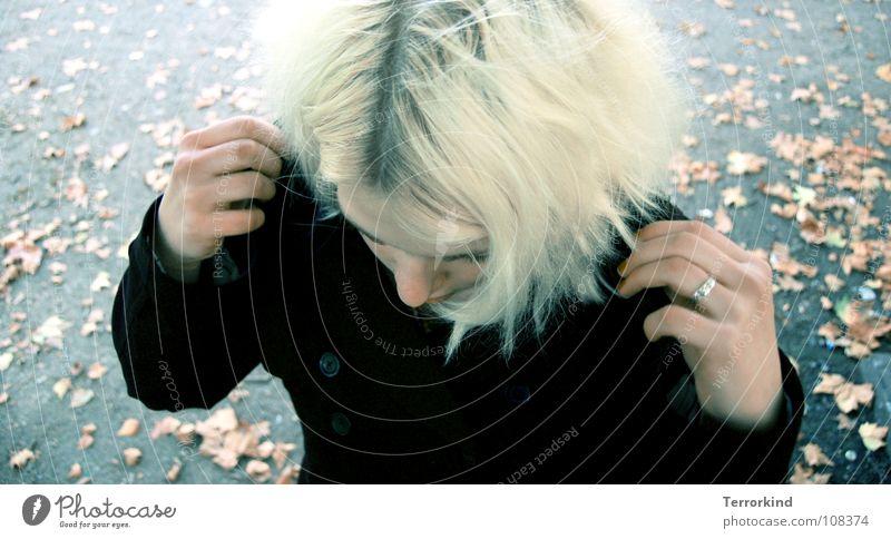 Wochen.end.vampir. Bonze blond Wasserstoff Haaransatz Blatt Laubbaum Wimpern kalt Winter Sarg Gruft Grufti Teufel Friedhof Konzentration Frau Möbel kragen hoch