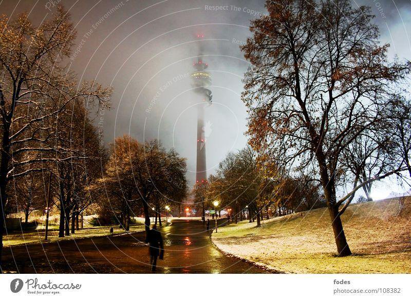 Winternacht Olympiaturm Fernsehen Fußgänger Geschwindigkeit nass München Europa Bayern Park dunkel erleuchten Straßenbeleuchtung Licht Nacht Nebel ungemütlich