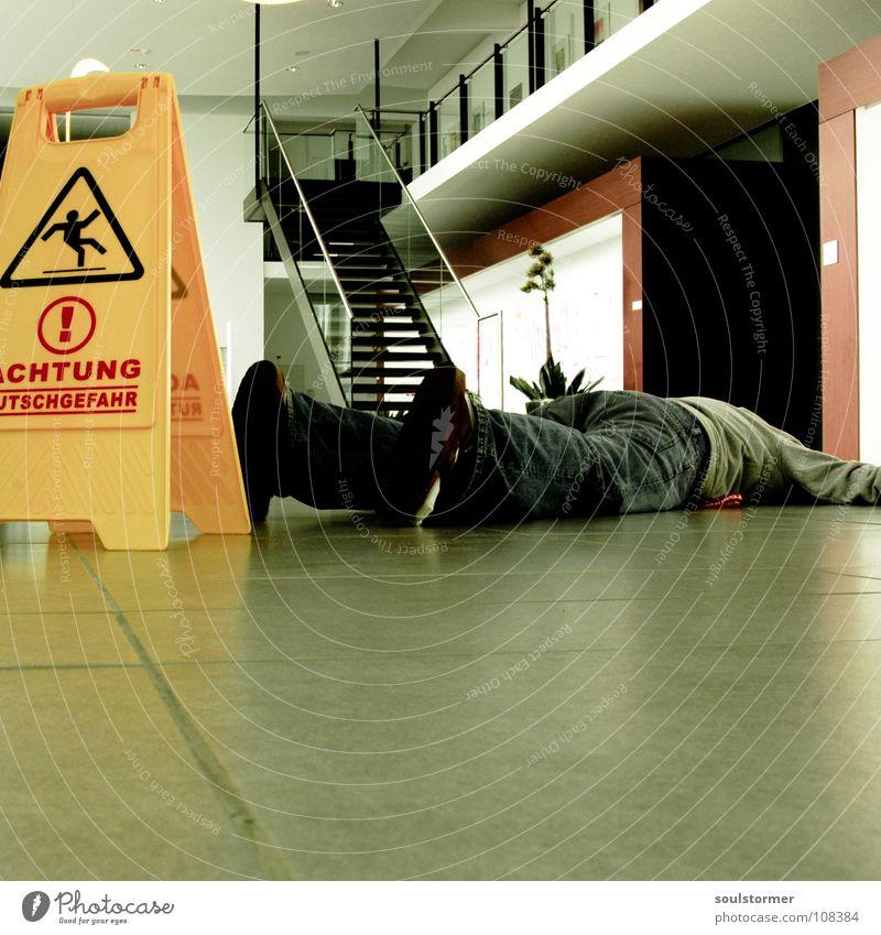 hingemault! Rutschgefahr Ausrufezeichen stehen ausrutschen Unfall gefährlich Wischen Reinigen Schlappen Sandale Bodenbelag Neubau umgefallen dumm obskur