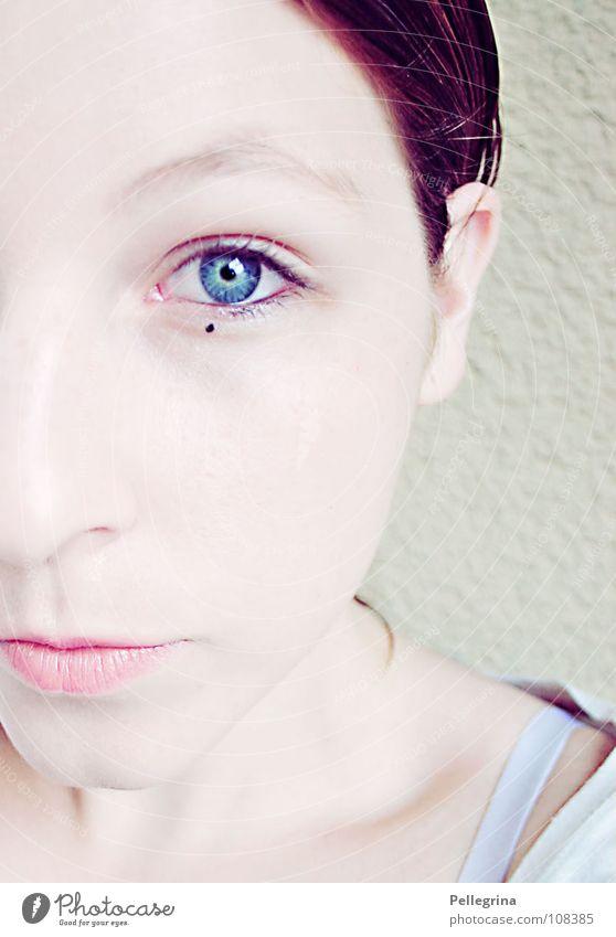 punkt. Frau weiß blau Gesicht Auge Schnee Mund Ohr Lippen Punkt direkt sanft Hals bleich Hälfte Kinn