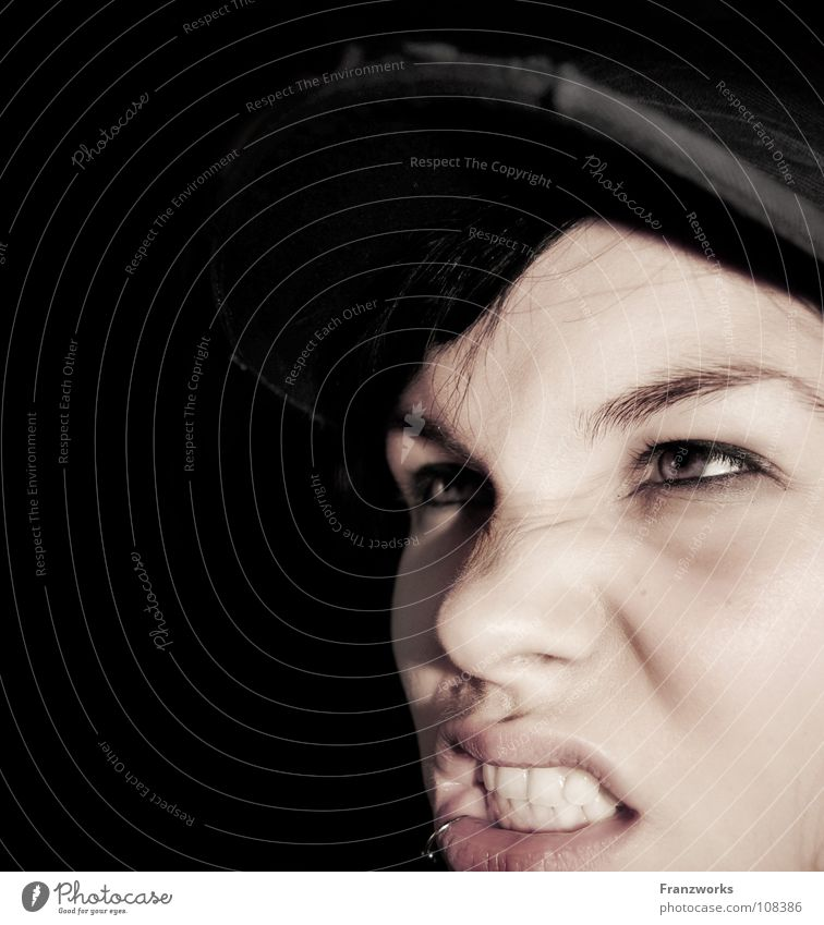 Sauer auf Böse. böse Aggression Wut Feindschaft Konflikt & Streit Nervosität verkrampft Baseballmütze Frau Generation Porträt dunkel Nacht Ekel Gefühle Ärger