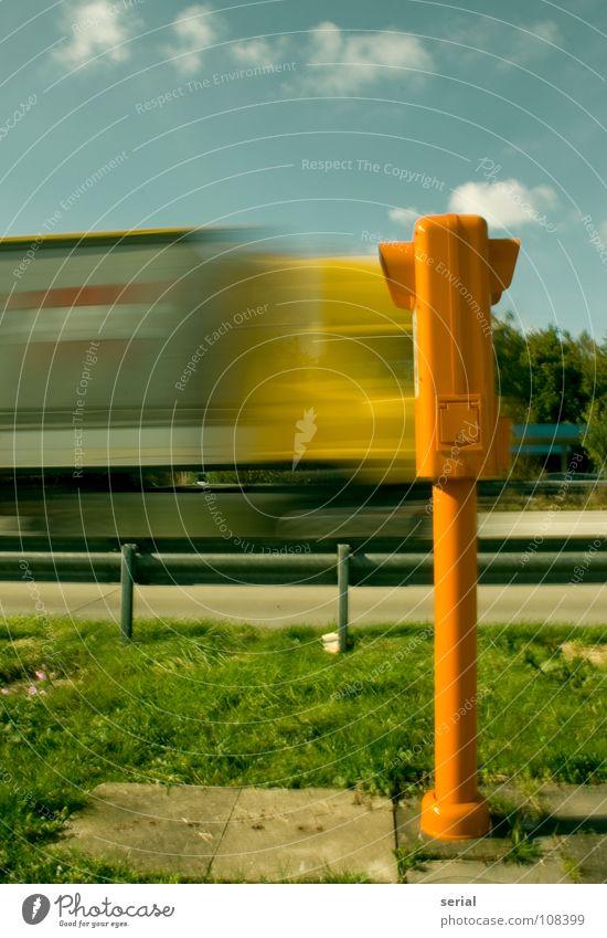 highspeed communication Lastwagen Autobahn Bewegungsunschärfe Notruf SOS Panne Kollision standhaft Wolken grün Kommunizieren Verkehr obskur crash Straße Himmel
