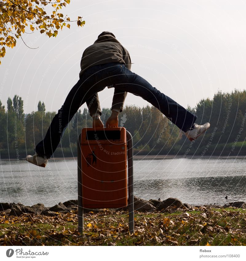 Ab geht's! Himmel Mann Jugendliche Freude Herbst Spielen Freiheit springen Beine Luft Zeit fliegen Energiewirtschaft frei Erfolg Luftverkehr