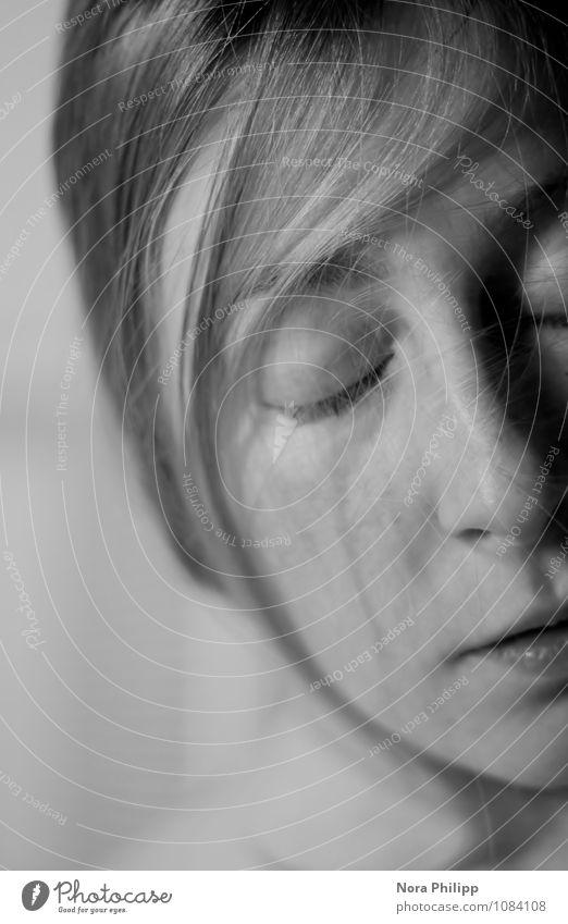 schlafend Haare & Frisuren Haut Gesicht Sinnesorgane Erholung ruhig feminin Frau Erwachsene Leben Auge Nase 1 Mensch 18-30 Jahre Jugendliche blond liegen