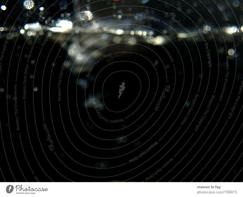 Platsch! Reflexion & Spiegelung schwarz Luftblase Wassertropfen Kunst obskur Gemälde geschmackvoll Regen weiß Nacht Wellengang nass Leidenschaft Wasserwirbel