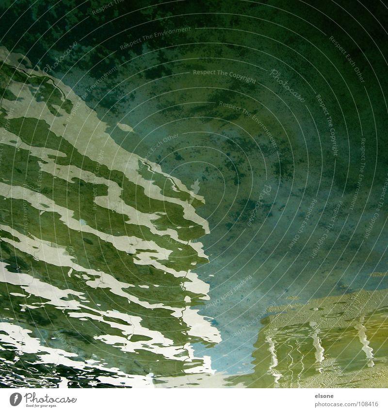 ::FAIRY-TALE:: Pfütze Brunnen nass See Teich Stadt Wasser Regenbogen Algen fantastisch Spiegel Oberfläche 2 Reflexion & Spiegelung Deformation verschoben