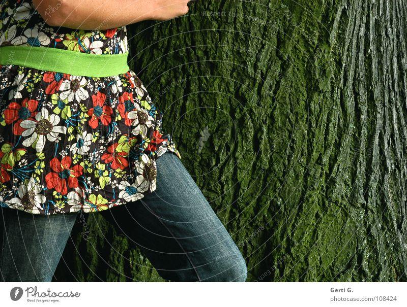 flowergirl Baum Baumrinde Furche Elefantenhaut Macht Denkmal Baumstamm Frau Blumenmuster Gürtel Taille grün Streifen rund Bluse Muster mehrfarbig gehen Gefühle