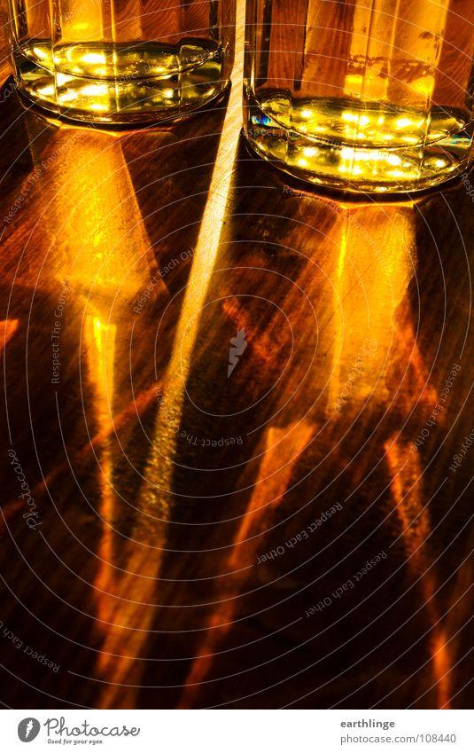 Lichtbier Bier Gegenlicht Lichtbrechung gelb Tisch Holz Flüssigkeit Farbfoto Digitalfotografie Hochformat Biergarten Oktoberfest Bierglas frisch Sommer Alkohol