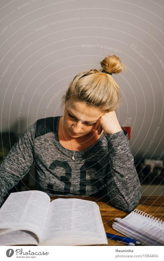 Lesezeit Mensch Jugendliche Junge Frau Erwachsene feminin grau Denken Haare & Frisuren Kopf Wohnung Häusliches Leben blond sitzen Tisch Buch lernen