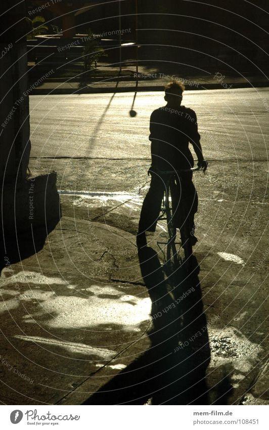 gegenlichtfahrradfahren Fahrrad Gegenlicht feucht Pfütze Verkehrsmittel Reflexion & Spiegelung Kuba Gasse Dorf Jugendliche Außenaufnahme Sommer Südamerika