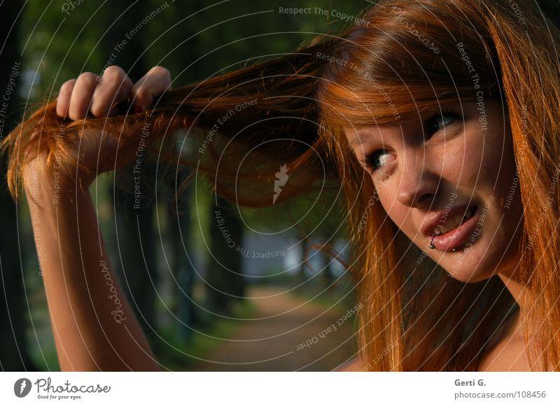 an den Haaren herbeigezogen Sprichwort Hand Unterarm Frau Junge Frau rothaarig langhaarig Piercing henna-rot Haarfarbe Sonnenlicht Rotstich Allee Baum Baumreihe