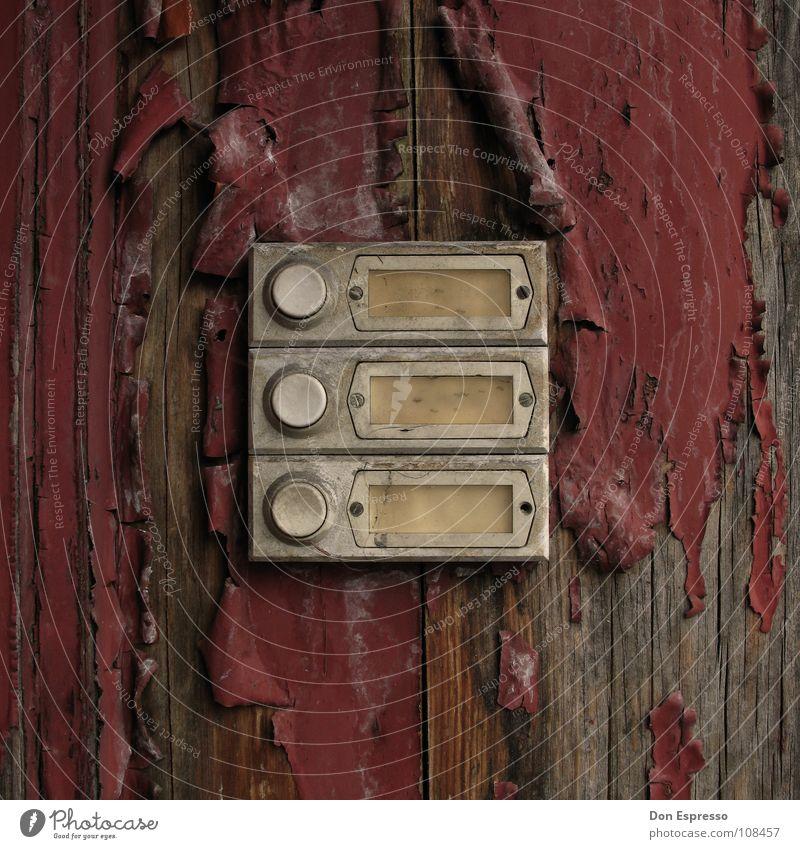Jemand zu Hause? Häusliches Leben Umzug (Wohnungswechsel) Arbeitslosigkeit Mauer Wand Namensschild Klingel Holz alt Armut kaputt rot Einsamkeit Farbe