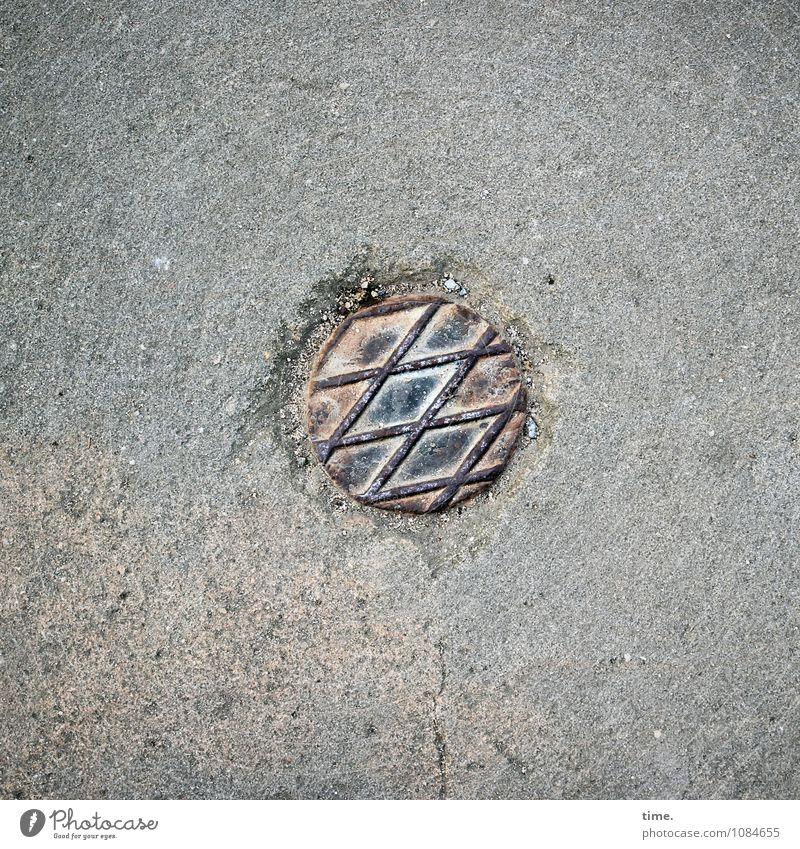 Verplombtes Irgendwas Sand Wege & Pfade Asphalt Verschlussdeckel Stein Metall kreisrund Kreis kalt trashig Design geheimnisvoll Inspiration Kunst Rätsel