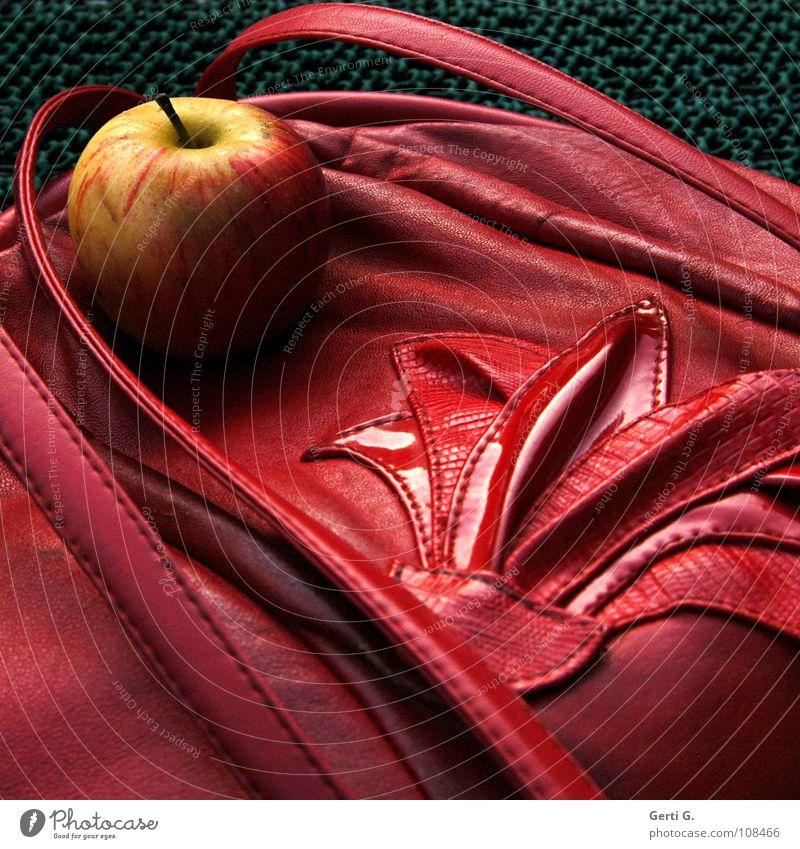 Apfeltasche Tasche Kunstleder Schlangenleder Muster schick rot Handtasche Tragegriff weich Herbst knackig gelb süß lecker Ernährung Naht Frucht obskur Dinge