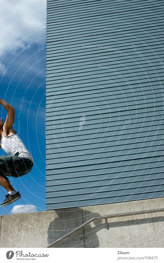 absprung *END* springen Haus Hochhaus Wolken Aktion lässig Schneidersitz Kampfstellung Wand Stil Mann abwärts Lamelle modern hause Himmel blau man Mensch