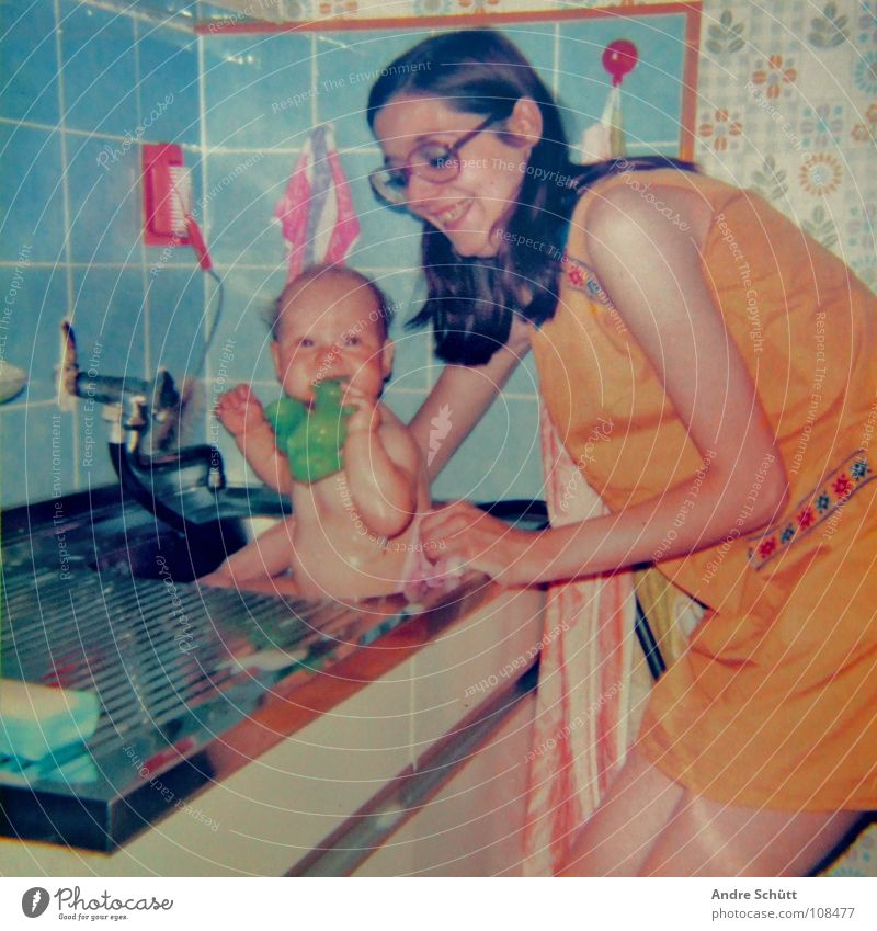 Thank you for your love ! Schwimmen & Baden Küche Schwimmbad Kind Baby Kleinkind Mutter Erwachsene Liebe nackt retro blau grün orange Siebziger Jahre