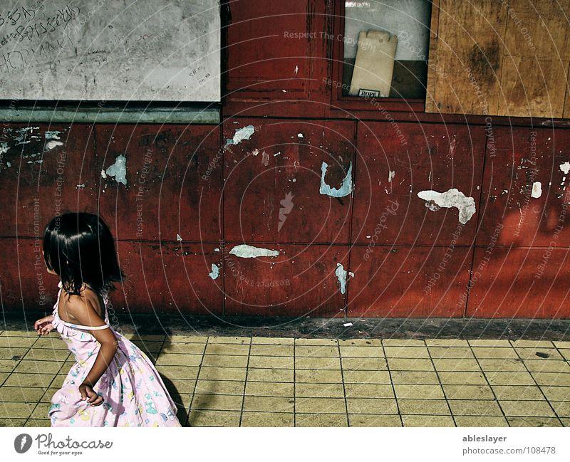 Run Kind Mädchen Straße Angst klein laufen Panik Sozialer Dienst