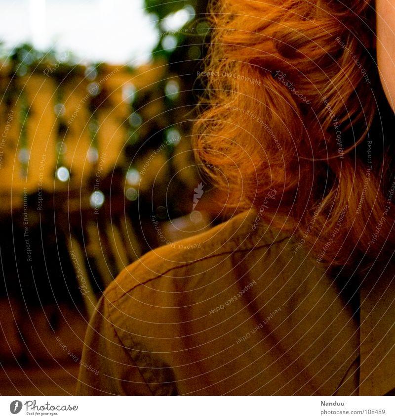 Rotbraun schön Haare & Frisuren Frau Erwachsene Herbst Hemd rothaarig Locken weich gelb rotbraun Schulter Ocker Warme Farbe Kinn zerzaust Erdfarben Dauerwelle