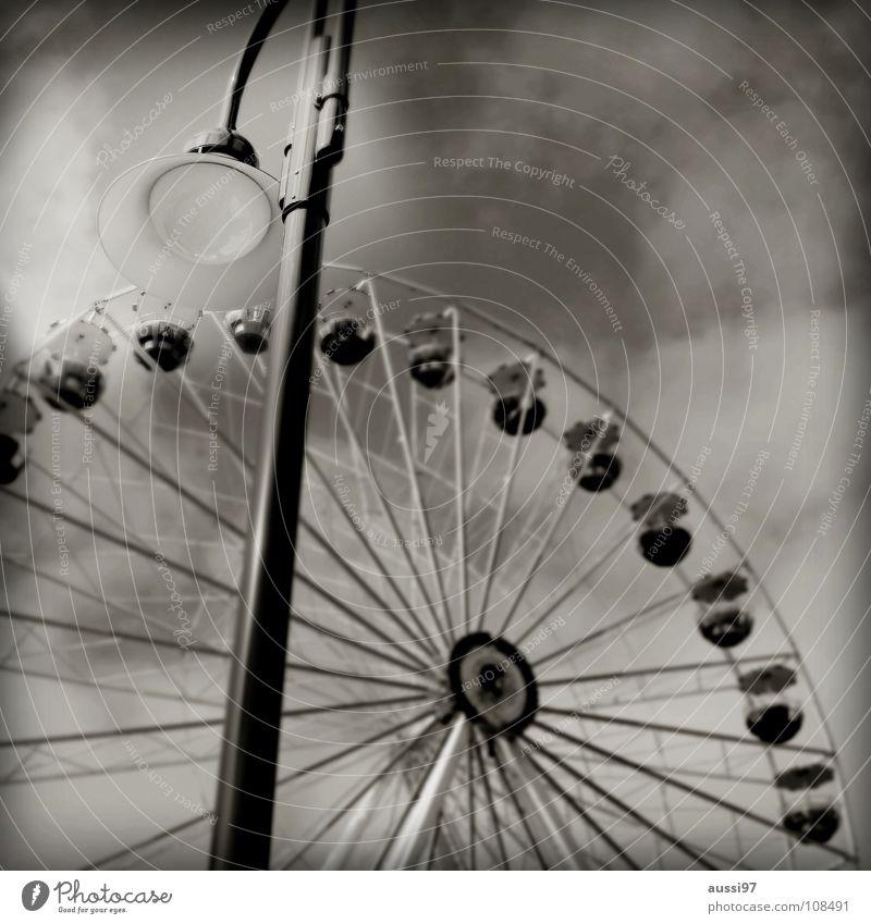 Fairground I Jahrmarkt Fahrgeschäfte Schausteller Riesenrad Schwarzweißfoto Ausstellung Markt Erholung Schwindelgefühl drehschwindel Jugendkultur Kindheit