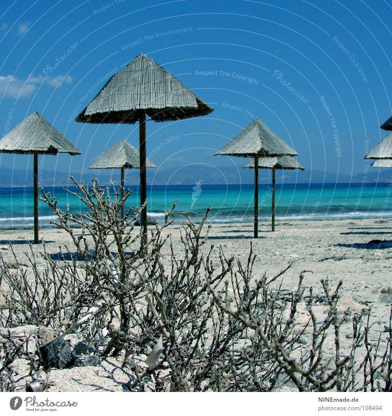 UrlaubsFeeling Strand Sommer Physik Ferien & Urlaub & Reisen Sonnenschirm Holz himmelblau Kreta Einsamkeit leer ruhig Urlaubsstimmung Griechenland Wellen Meer