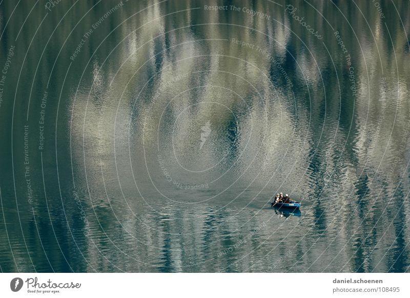 still (fast) ruht der See ruhig Einsamkeit zyan Ruderboot Wasserfahrzeug Paddeln Angeln Oberfläche Reflexion & Spiegelung glänzend Wellen Hintergrundbild