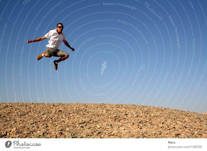 Wüstensprung Mensch Mann Natur blau schön Sommer Freude Einsamkeit ruhig Ferne gelb Spielen Gefühle Freiheit klein springen