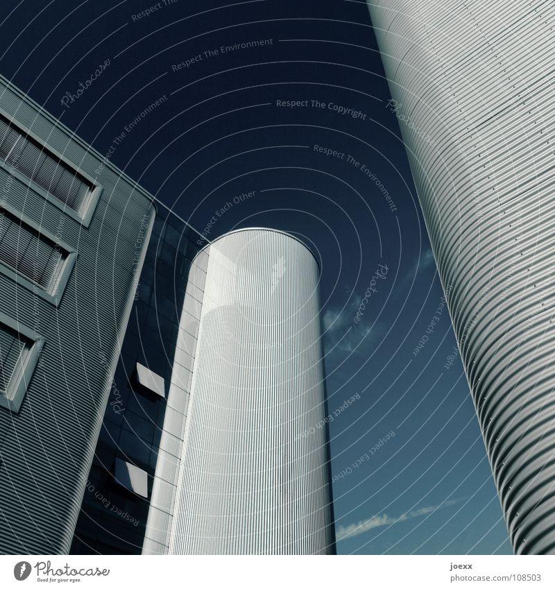 Wellblechhütte Himmel blau kalt Fenster Gebäude Arbeit & Erwerbstätigkeit Glas Fassade modern Erfolg Perspektive Industrie Turm rund Maske Stahl