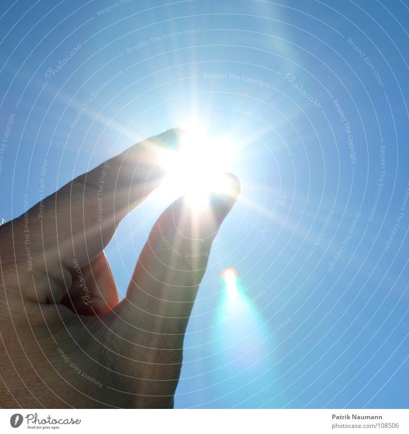 nach den sternen ... äh, der sonne greifen !!! Himmel Hand blau Sonne Sommer Spielen Glück glänzend Stern Finger Edelstein planen Natur Stern (Symbol) Gegenlicht fangen