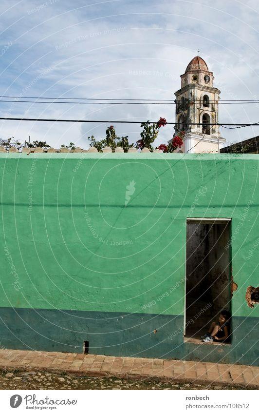 Junge am Tor Kind grün Sommer Einsamkeit Straße Wand Traurigkeit Mauer Religion & Glaube Arme klein Tür sitzen Trauer einfach
