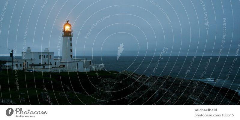 Lichtwegweiser 2 Meer Haus Einsamkeit dunkel Sicherheit Ende Turm Strahlung historisch Leuchtturm Geländer Antenne Wegweiser Atlantik Rucksack Schottland