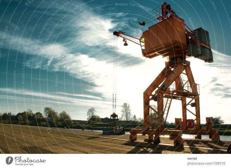 the crane 2 Kran Wolken Anlegestelle verladen Schaufel Baum grün Menschenleer ruhig Stahl beweglich Froschperspektive Macht Gegenlicht Hafen verfallen