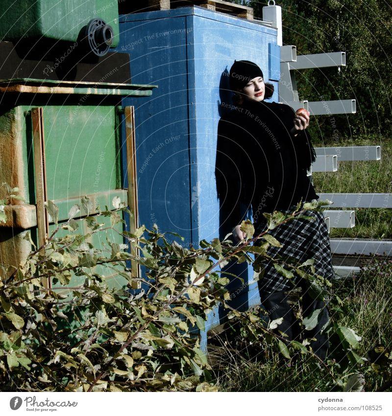 All about Eve Herbst Jahreszeiten Frau Industriegelände schön entdecken Ernährung Symbole & Metaphern Versuch geheimnisvoll Baskenmütze Mütze schwarz bleich