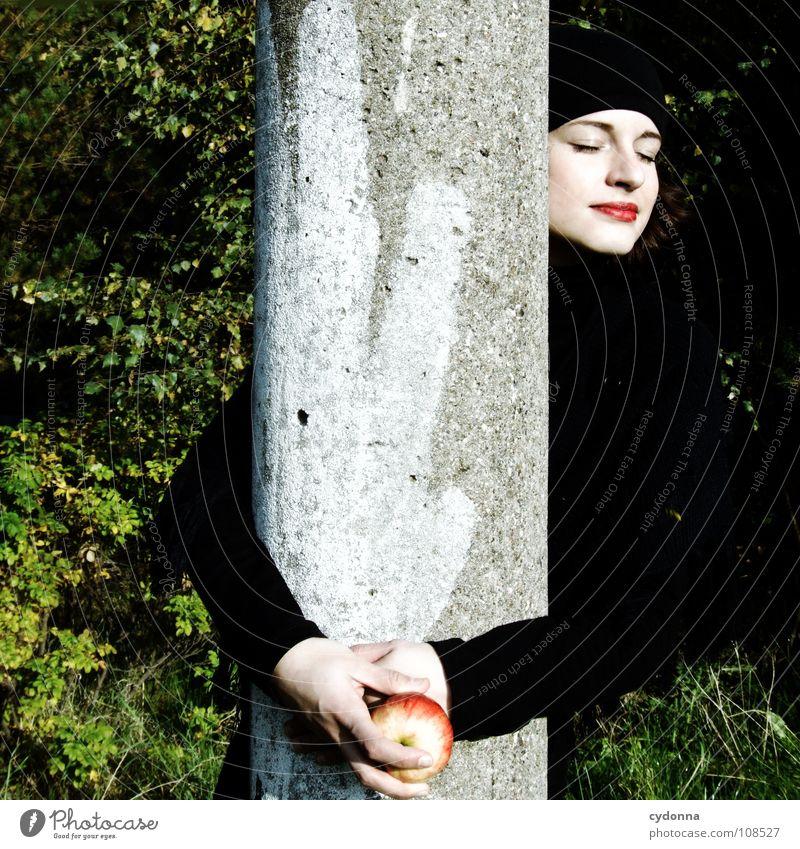All about Eve II Herbst Jahreszeiten Frau Industriegelände schön Porträt entdecken Ernährung Symbole & Metaphern Versuch geheimnisvoll Baskenmütze Mütze schwarz