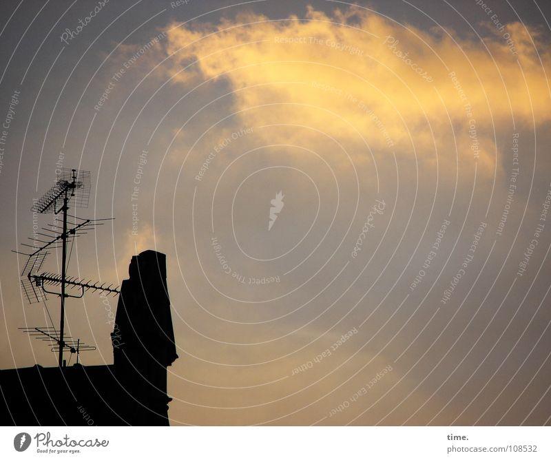 Antennenmännchen winkt einer Wolke, sagt Lukas schön Informationstechnologie Fernsehen Radio Himmel Wolken Schönes Wetter Düsseldorf Haus Dach Metall