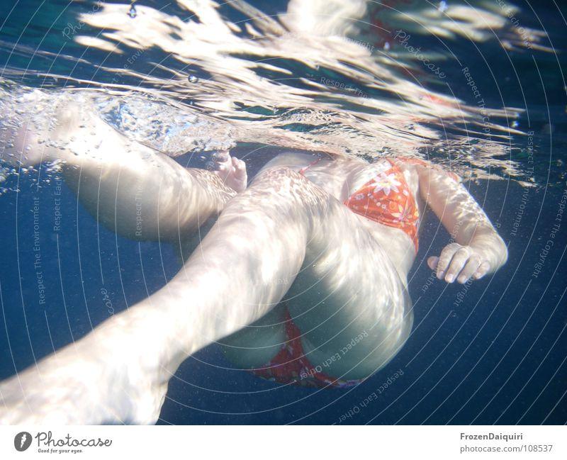 swimming Frau blau Hand Ferien & Urlaub & Reisen Meer Sommer dunkel nackt Glück Beine Luft Fuß Schwimmen & Baden Arme Haut Finger