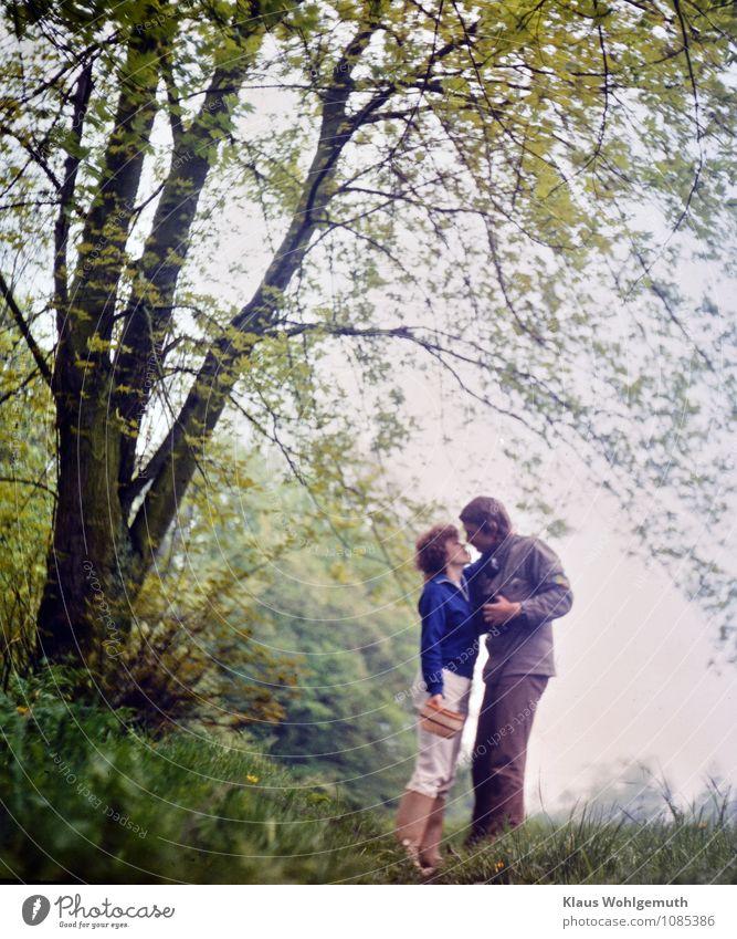 """Zeitreise """"Frühlingsgefühle"""" Mensch Frau Jugendliche Mann blau grün weiß Baum 18-30 Jahre Erwachsene Liebe Wiese Gras Glück grau"""